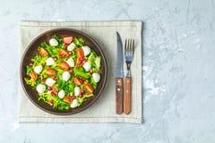 Nya Cherry Tomato, Mozzarellasallad med den gröna grönsallatblandningen arkivbilder