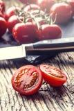 Nya Cherry Tomatoes Mogna tomater på ekträbakgrund Arkivfoto