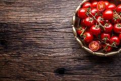 Nya Cherry Tomatoes Mogna tomater på ekträbakgrund Royaltyfri Bild
