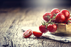 Nya Cherry Tomatoes Mogna tomater på ekträbakgrund Royaltyfri Fotografi