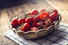Nya Cherry Tomatoes Mogna tomater på ekträbakgrund Fotografering för Bildbyråer