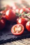 Nya Cherry Tomatoes Mogna tomater på ekträbakgrund Royaltyfria Bilder