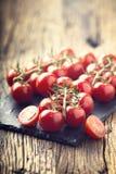 Nya Cherry Tomatoes Mogna tomater på ekträbakgrund Royaltyfri Foto