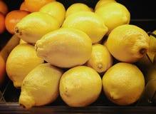Nya citroner i supermarket Arkivbild