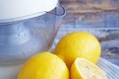 Nya citroner och citrus juicer på träbakgrund arkivfoto