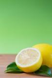 Nya citroner på en tabell arkivbilder