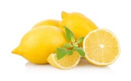 Nya citroner på en vit Arkivfoton