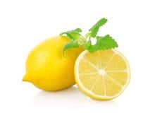 Nya citroner på en vit Royaltyfri Bild