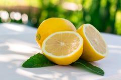 Nya citroner på tabellen i den öppna luften Selektivt fokusera Royaltyfri Foto