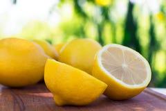 Nya citroner på tabellen i den öppna luften Selektivt fokusera Royaltyfria Foton