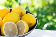 Nya citroner på tabellen i den öppna luften Selektivt fokusera Arkivfoton