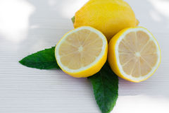 Nya citroner på träbakgrund Arkivfoto