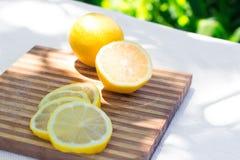 Nya citronskivor på en skärbräda Arkivfoton
