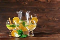 Nya citrusa coctailar Tjänad som coctail med exotiska frukter på en tabellbakgrund Naturliga sommarcoctailar kopiera avstånd Royaltyfria Bilder