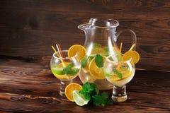 Nya citrusa coctailar Tjänad som coctail med exotiska frukter på en tabellbakgrund Naturliga sommarcoctailar kopiera avstånd Arkivfoto