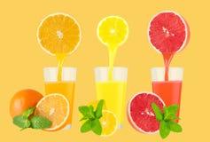Nya citrusa fruktsafter som isoleras på på pastellfärgad bakgrund Arkivfoton