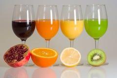 Nya citrusa fruktsafter som isoleras på vit Arkivbild
