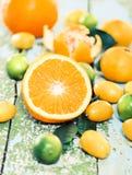Nya citrusfrukter på det lantligt bordlägger Arkivbild