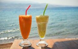 Nya coctailar på kafét på kusten royaltyfri fotografi