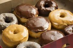 Nya donuts i en ask Donuts royaltyfri foto