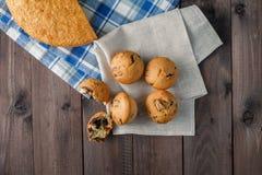 Nya drog tillbaka muffin på den wood tabellen Royaltyfri Foto