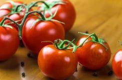 Nya druvatomater med kryddor för bruk som matlagningingredienser äta som är sunt Arkivbilder