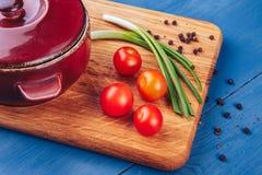 Nya druvatomater med pilbågen och peppar för bruk som matlagningingredienser Arkivfoto