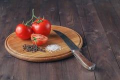 Nya druvatomater och grovt salt för bruk som matlagningingredie Royaltyfri Bild