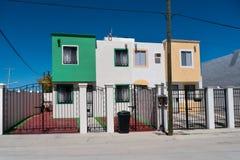 Nya dubbelsidiga radhus i Mexico Arkivbilder