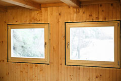 Nya effektiva fönster som installeras i trähus Royaltyfri Foto