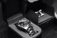 Nya eleganta klockor och cufflinks för ` s för rostfritt stålsilvermän klassiska Royaltyfria Foton