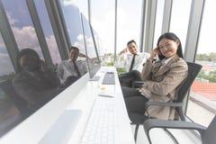 Nya entreprenörer samarbetar för att införa nyheter i modernt kontor royaltyfri fotografi