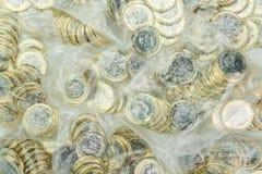 Nya ett pund mynt i pengarpåsar brittisk valuta Arkivbild