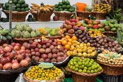 Nya exotiska frukter i Mercado Dos Lavradores Funchal madeira, royaltyfri bild