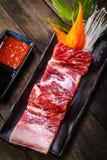 Nya för nötkött stöd tillbaka på träbakgrund Arkivfoton