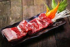 Nya för nötkött stöd tillbaka på träbakgrund Royaltyfri Foto
