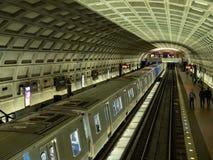 Nya för tunnelbanabil för 7000 serie rullar in till den Du Pont cirkelstationen WMATA royaltyfria bilder