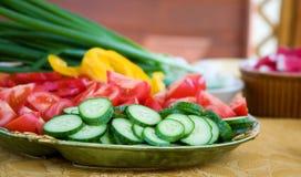 nya förberedda salladgrönsaker arkivbilder