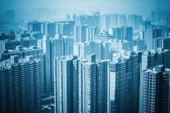 Nya fastighetbyggnader för stads- skog Arkivfoto