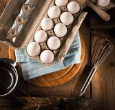 Nya fega ägg på den mörka trätabellen fotografering för bildbyråer