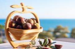 nya figs Fikontr?dfrukter i en tr?vas mot bakgrunden av havet Fritt utrymme f?r sommarsk?rd f?r text royaltyfri bild