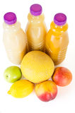 Nya flaskor av fruktsaft med frukter som isoleras på vit Arkivbilder