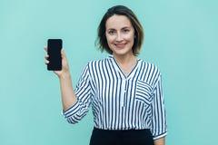 Nya framgång och härlig uppvisning för affärskvinna ilar telefonen och royaltyfri bild