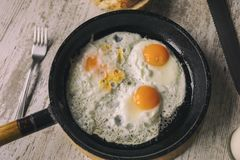 Nya Fried Eggs på olja royaltyfri foto