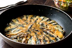 Nya Fried Sardines i panna med sallad på träyttersida Royaltyfri Fotografi