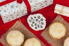 Nya frostade färspajer på hessiansmats för jul Arkivbild