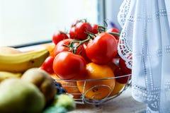 Nya frukt och grönsaker i ett kök Fotografering för Bildbyråer