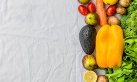 Nya frukt och grönsaker, korn och muttrar på en vit bakgrund Arkivbilder