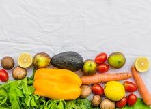 Nya frukt och grönsaker, korn och muttrar på en vit bakgrund Arkivfoton
