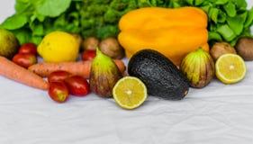 Nya frukt och grönsaker på en vit bakgrund Arkivbild